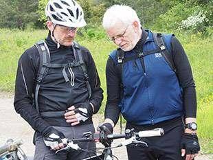 Mit Smartphone und GPS-Gerät auf Radtour