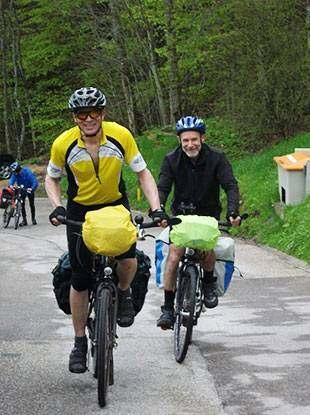 Foto3: Fit in den Radl-Sommer, Hand mit Navigationsgerät